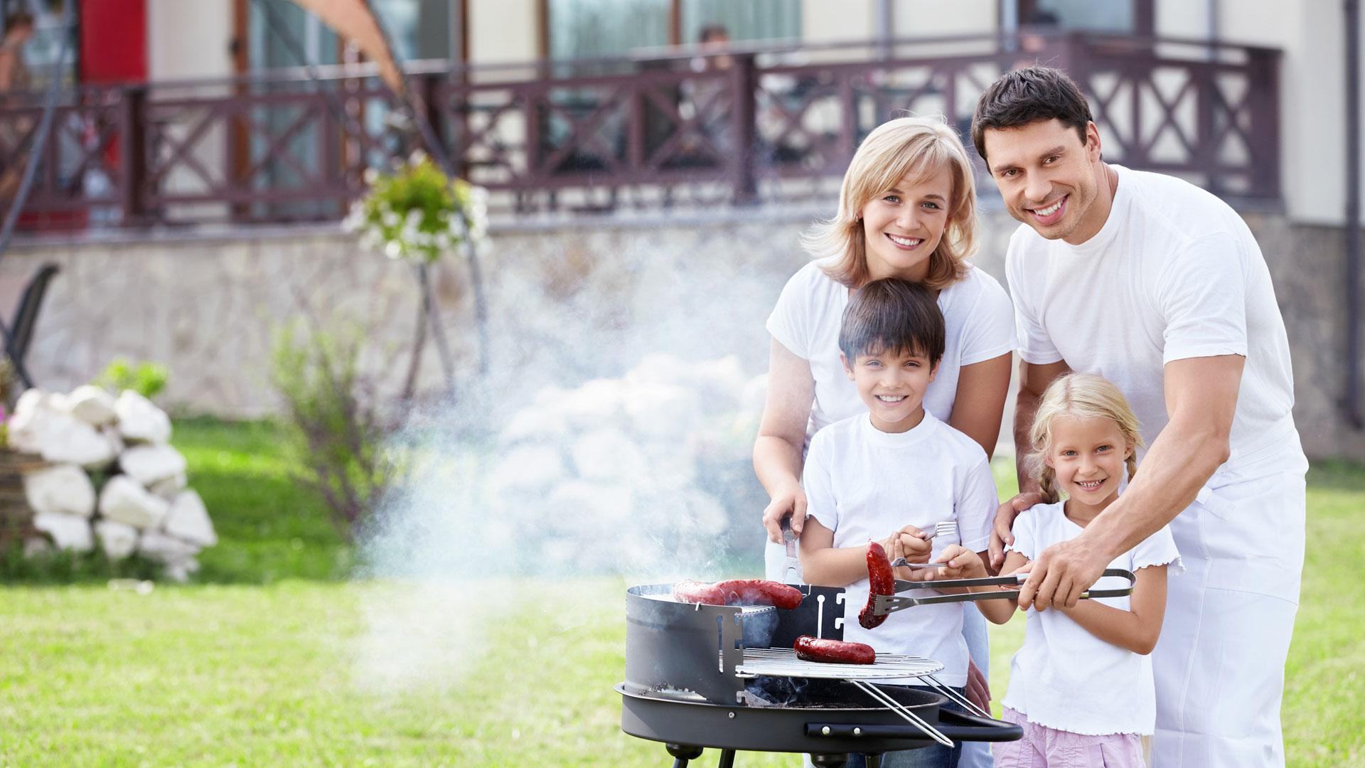 семья жарит сосиски